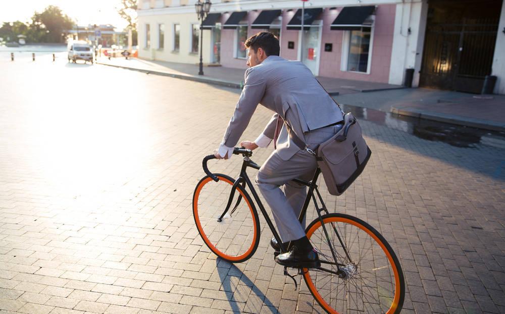 Montar en bicicleta en la ciudad